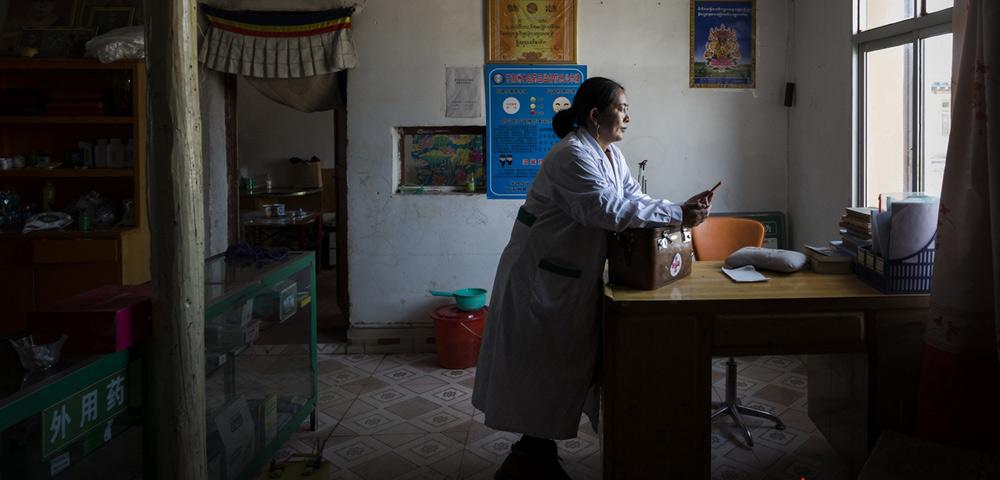 女藏医坚守海拔3600米村庄19年 出诊一次要走两天