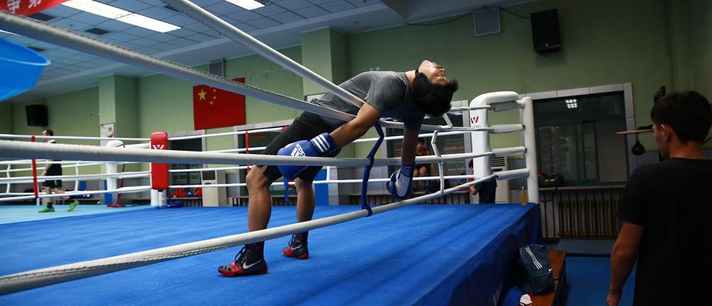 """从放牛娃到""""吸血魔"""" 李景亮曾85秒KO外国拳手"""