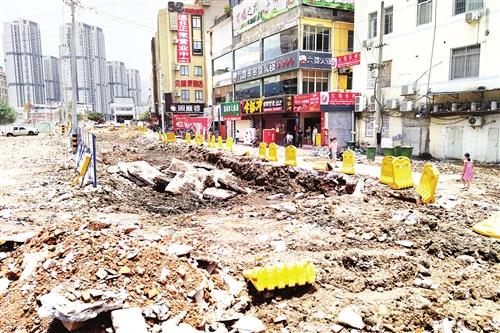 道路正在施工,附近有不少商家(图片来源:海峡都市报)
