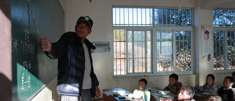 彝族汉子29年仅下山两次 当代课老师20余年让孩子们走出大山