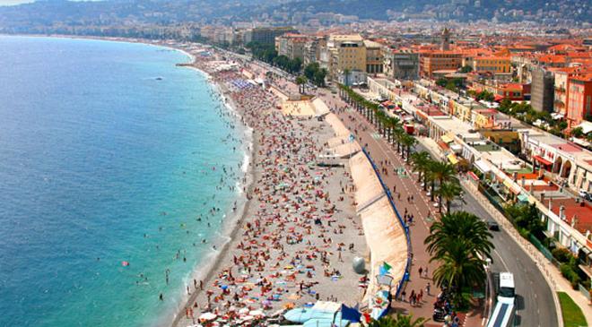 法国海边休假的人群