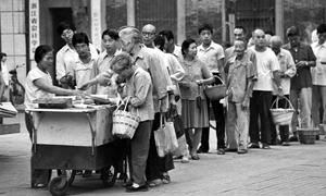 【鹅眼】从买肉、安电话到被割韭菜 中国人为排队而忙碌