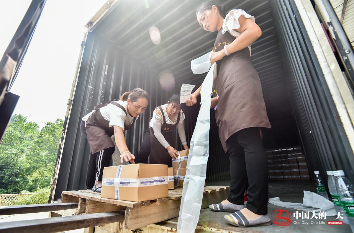 中国人的一天第3182期:村支书自亏50万带村民致富