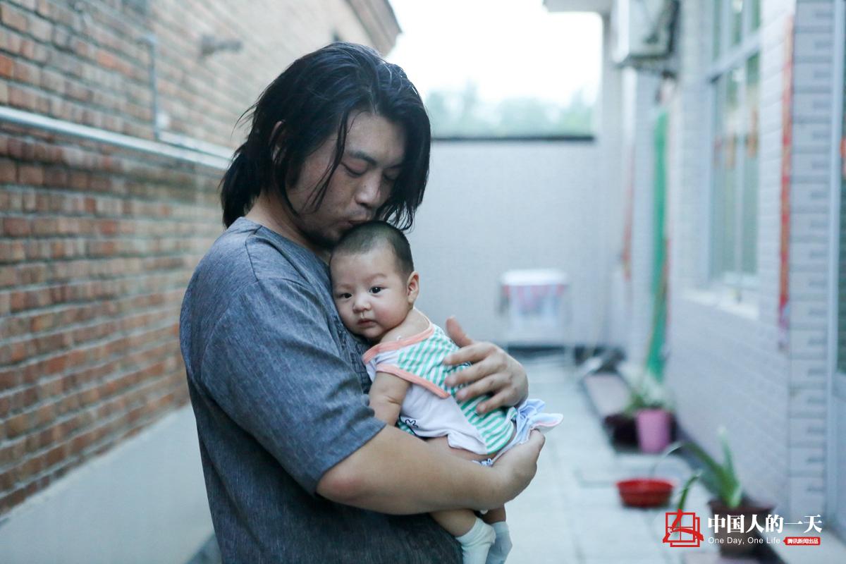 """中国人的一天第3197期:农村小伙""""无用""""发明走红网络"""