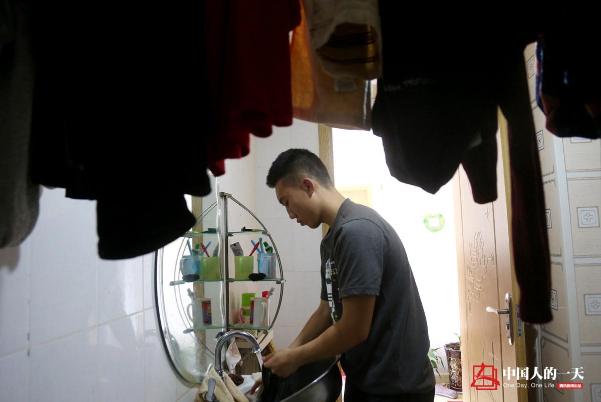 中国人的一天第3204期:20岁大学生休学照顾双亲