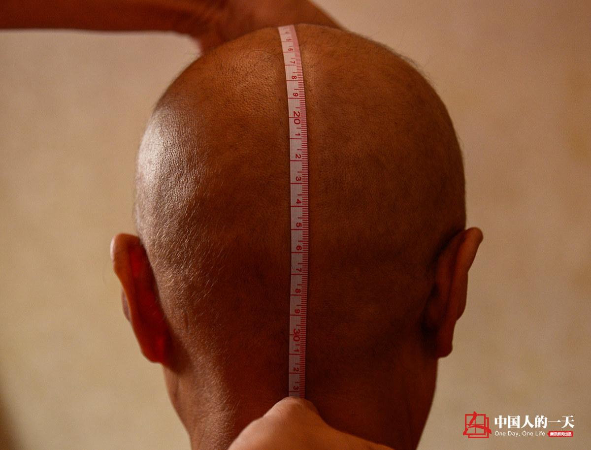 """中国人的一天第3205期:癌症患者在理发店""""疗伤"""""""
