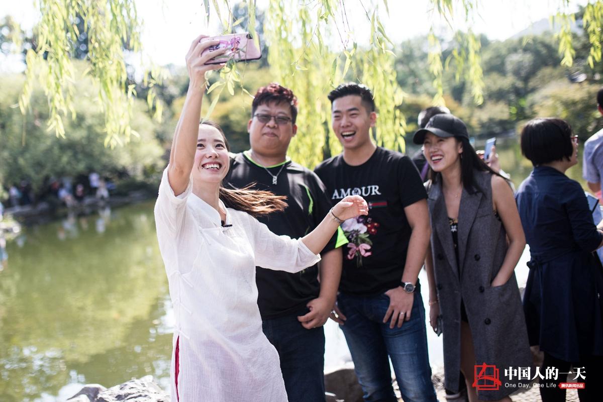 中国人的一天第3201期:90后网约导游不宰客收入翻番