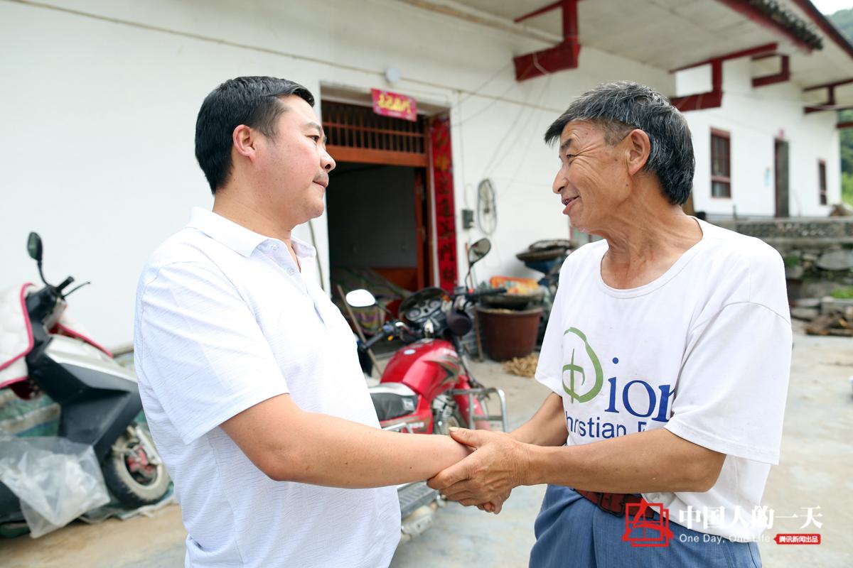 中国人的一天第3209期:扶贫村书记成了朋友圈微商?