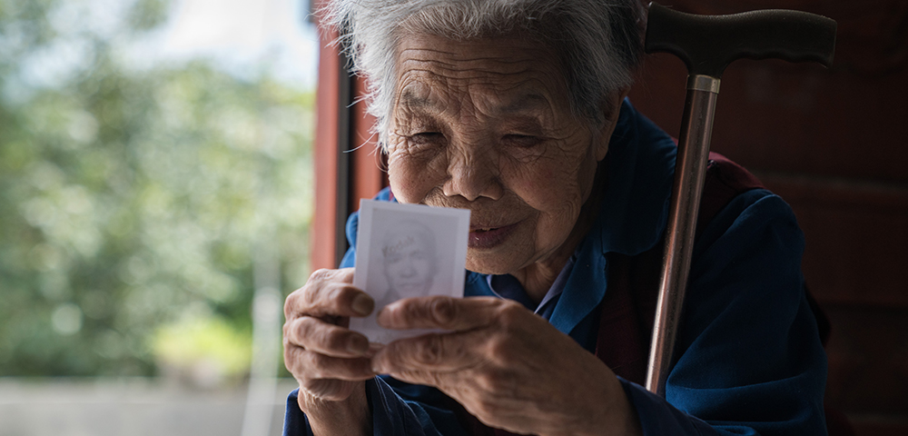 """82岁老人为爱千里寻光 """"我要再看一眼我家老伴"""""""
