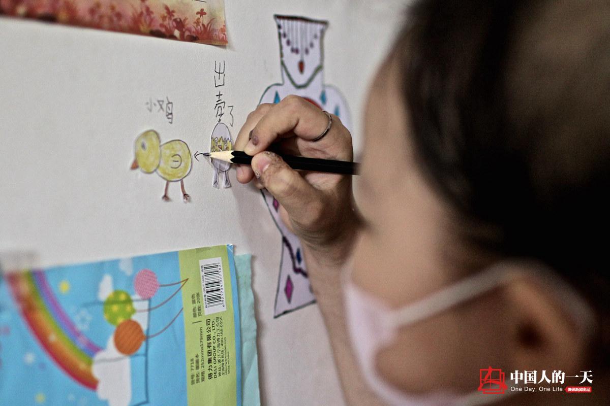 中国人的一天第3223期:为救女儿他们深夜地下道摆摊
