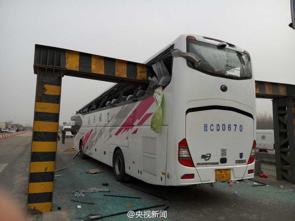 2015年洛阳一辆旅游大巴,因雾大司机看不清限高杆,刹车不及撞上,造成两人死亡多人受伤