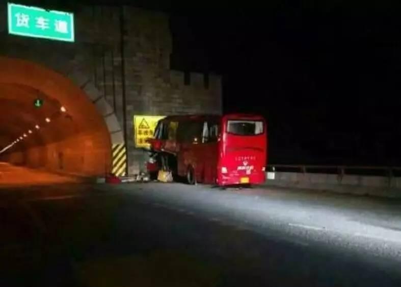 秦岭1号隧道口特大交通事故,部分原因在于隧道口明显收窄,设计不合理