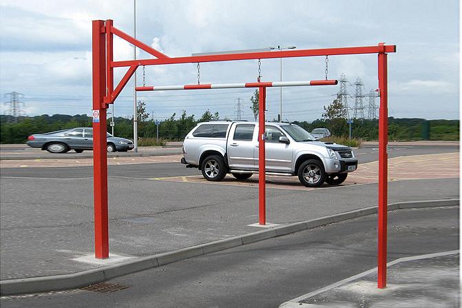 垂链式限高门架,撞到后杆会吹飞,不会产生严重后果