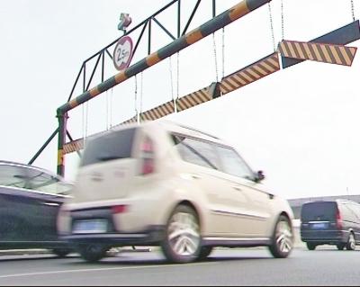 郑州三环快速路上的限高杆,把95%的急救车都拦住了