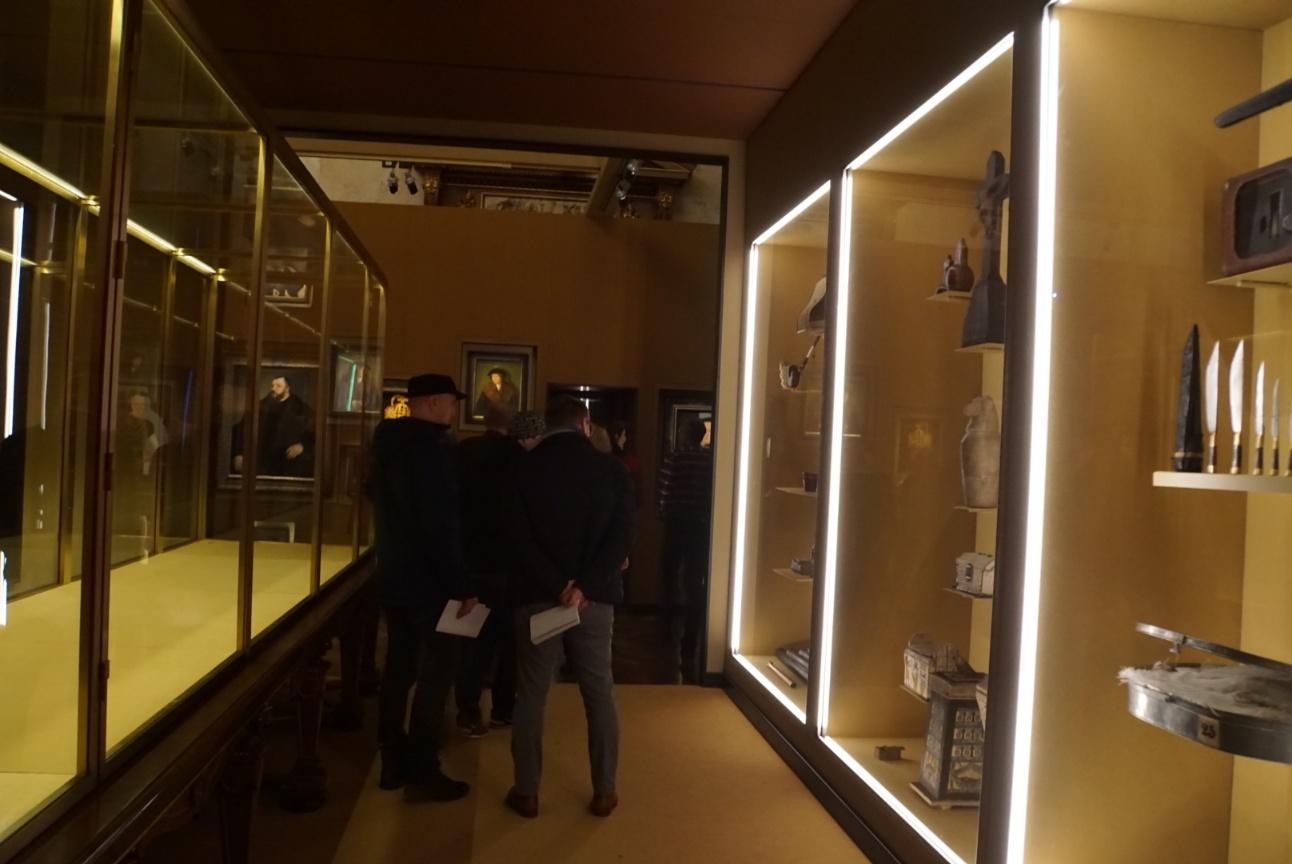 棕色房间中空出一排玻璃柜£¬让展柜本身成为展品