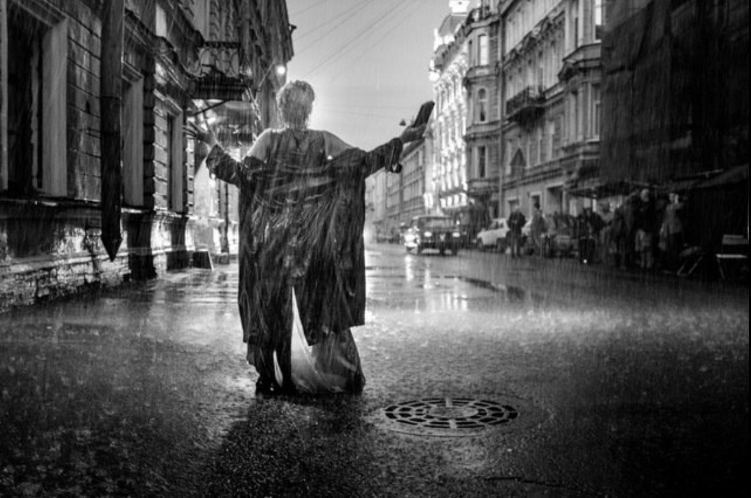 雨中歌唱的场景