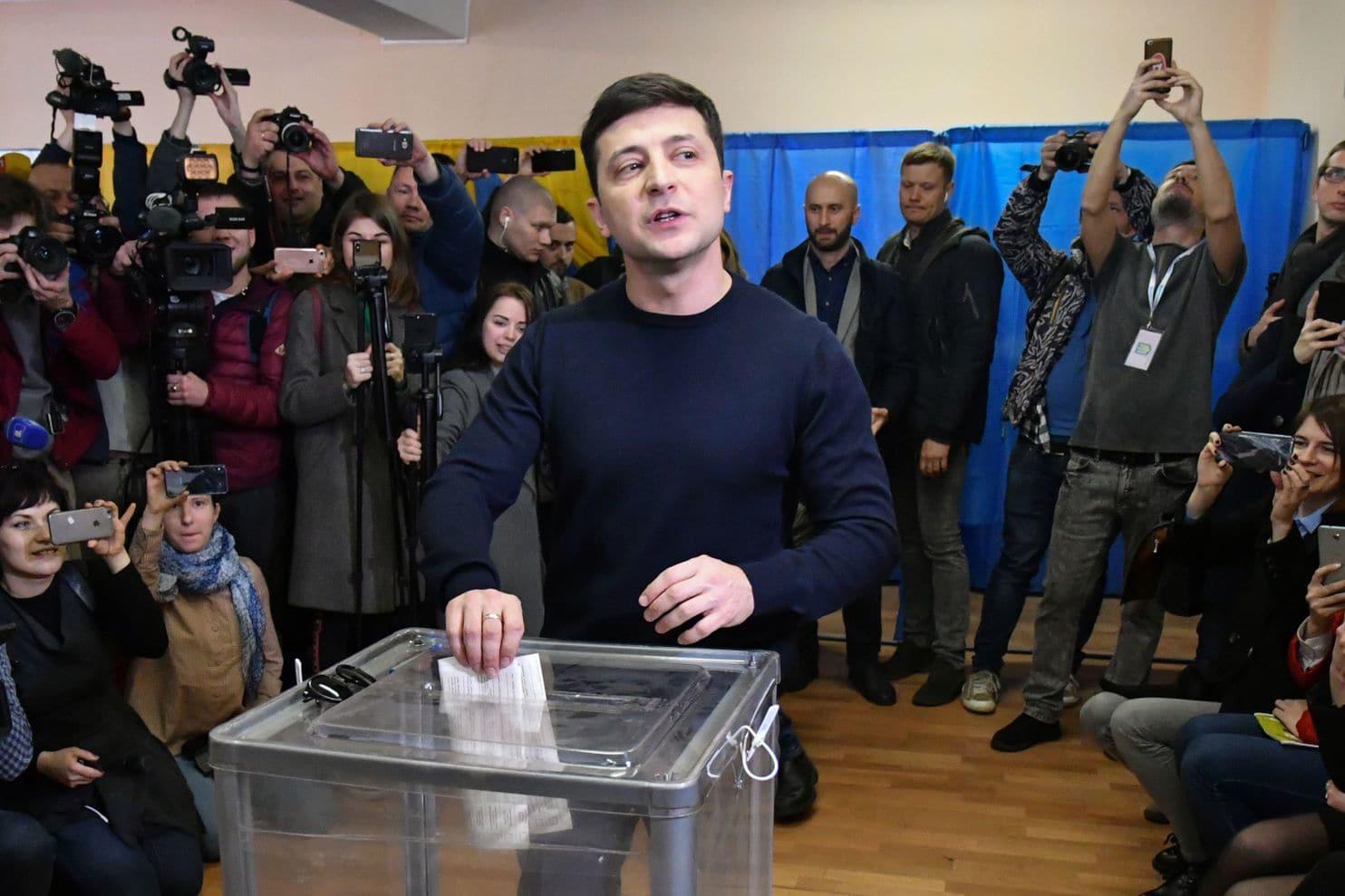 圖說:據法新社圖片報道,澤連斯基在一個投票站投下自己的一票
