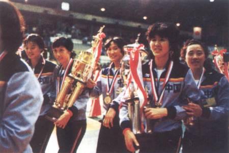 """1981年,首次奪得""""世界杯""""女子排球賽冠軍的中國女排隊員載譽歸來"""
