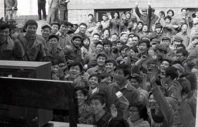 1981年11月16日,中國女排以7戰全勝的成績首次奪得世界杯賽冠軍,成都車輛段職工集中觀看中國女排奪冠實況,現場人山人海,歡呼雀躍