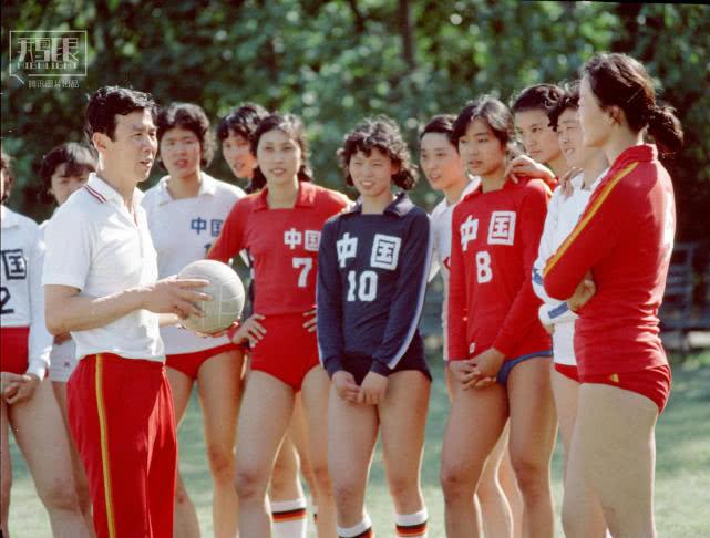 1982年7月,女排在主教練袁偉民在訓練之前給隊員講話