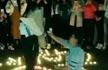 高校女生下跪向另一女生求婚 两人拥吻