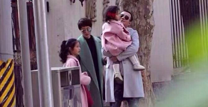 马伊�P一家四口逛街 文章抱小女儿过马路