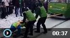 俄罗斯女子拖走42吨电车