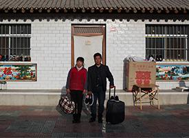 离家农民工的行囊:行李满了村子空了