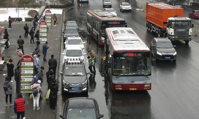 私家车扎堆车站揽客 公交被迫机动车道内上下乘客