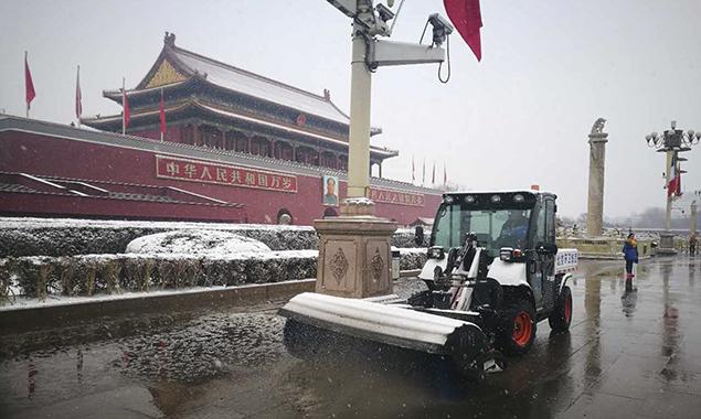 他们雪后清早劳作 铲除地面湿滑