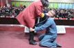 郑州未成年犯管教所服刑孩子给父母洗脚 下跪忏悔