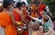 老挝布施路数百年风雨无阻 西方人争相加入