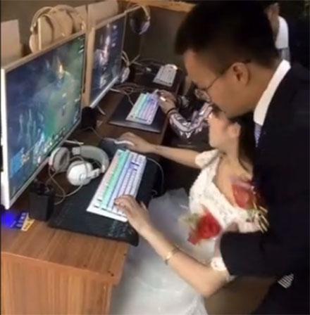 新婚日新娘网吧开黑 新郎拖都拖不走