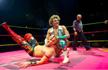 """墨西哥人卡桑德拉是同性恋,喜欢穿华丽的女装,却成为世界职业摔角冠军。现在,他成了墨西哥""""变装摔角手""""的代言人!然而在成功的故事背后他竟然经历了..."""