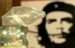 用避孕套酿酒是65岁古巴老汉埃斯特韦斯独创的方式。套在酒桶口的避孕套,不仅起到指示器的作用,还充当了气阀、阻隔外界细菌和氧气进入酒桶影响酒的品质。在古巴,避孕套既便宜又容易获取,物资短缺的古巴民众发挥创新精神,挖掘了避孕套的各种用途。除了酿酒,他们还拿避孕套干了些啥?