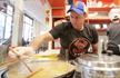 小哥在美国开煎饼摊 烤鸭味最受欢迎