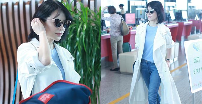 俞飞鸿穿白色风衣现身机场 短发造型撞脸王菲
