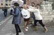英国脱欧女支持者与他人斗殴 脱鞋撕衣满脸是血