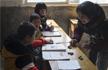 村小仅有3名学生 老师抓石子当教具