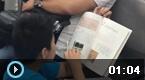 学生地铁上蹲地写作业