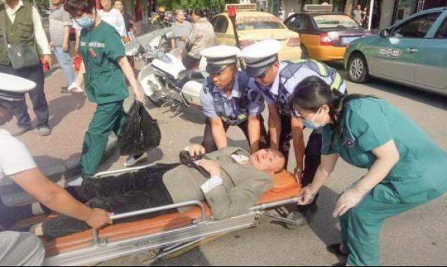 老人倒地受伤 唐山交警热心救助