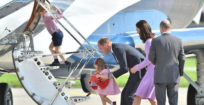 4岁乔治王子首坐直升机超兴奋 妹妹摔倒闹别扭
