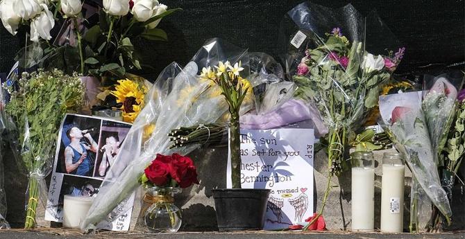 林肯公园主唱自缢身亡 歌迷在其住宅外献花悼念