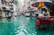 """洪水遇上化工污染:街面变绿色""""河道"""""""