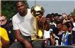 衣锦还乡!杜兰特坐豪车捧NBA冠军奖杯引围观