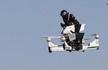 迪拜警方骑飞行摩托巡逻 离地5米时速达70公里