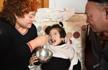 女童患脑瘫遭遗弃 六旬养父母花40万救养女