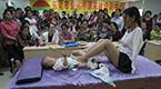 无臂女孩用脚给女儿换尿布