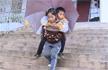 我要做你的拐棍,云南9岁女孩每天背着哥哥上学
