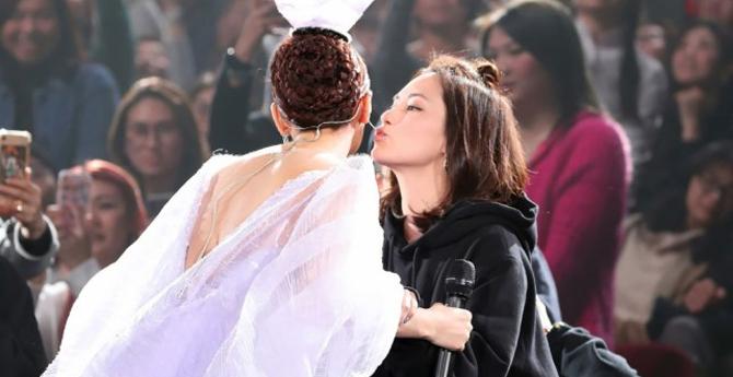 杨丞琳穿露背裙盛装开唱 与阿娇拥抱亲吻姐妹情深